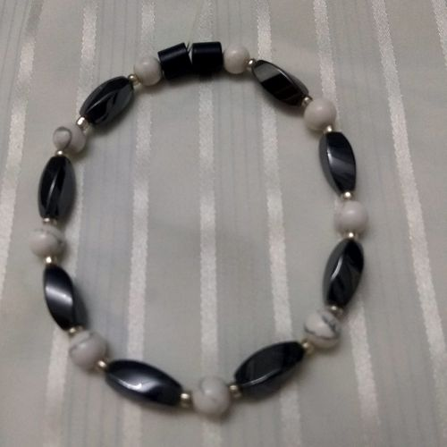 Woman Single 34.80: White Howlite + Twist Magnetic Hematite