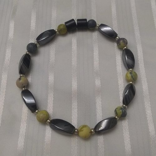 Woman Single 34.90: Yellow Howlite + Twist Magnetic Hematite