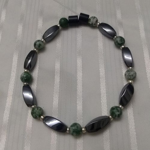 Woman Single 35.40: Jasper Green Spot + Twist Magnetic Hematite